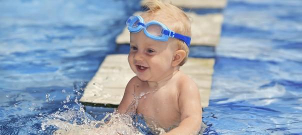 Bebé aprendiendo a nadar